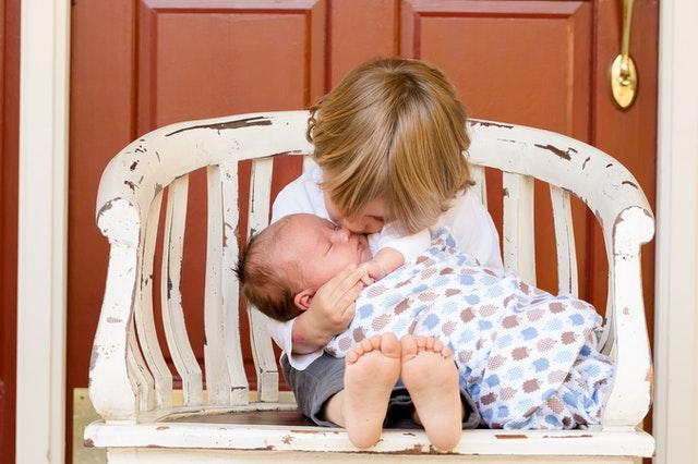 תינוק חדש בבית: כל מה שצריך לדעת על הימים הראשונים של התינוק בעולם